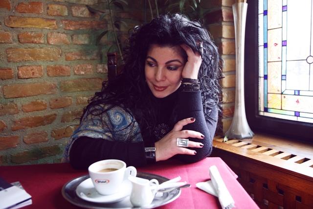 """De vorba cu Angela Baciu despre societatea culturala contemporana – """"Scriitorul traieste pentru public si pentru iubire…"""""""