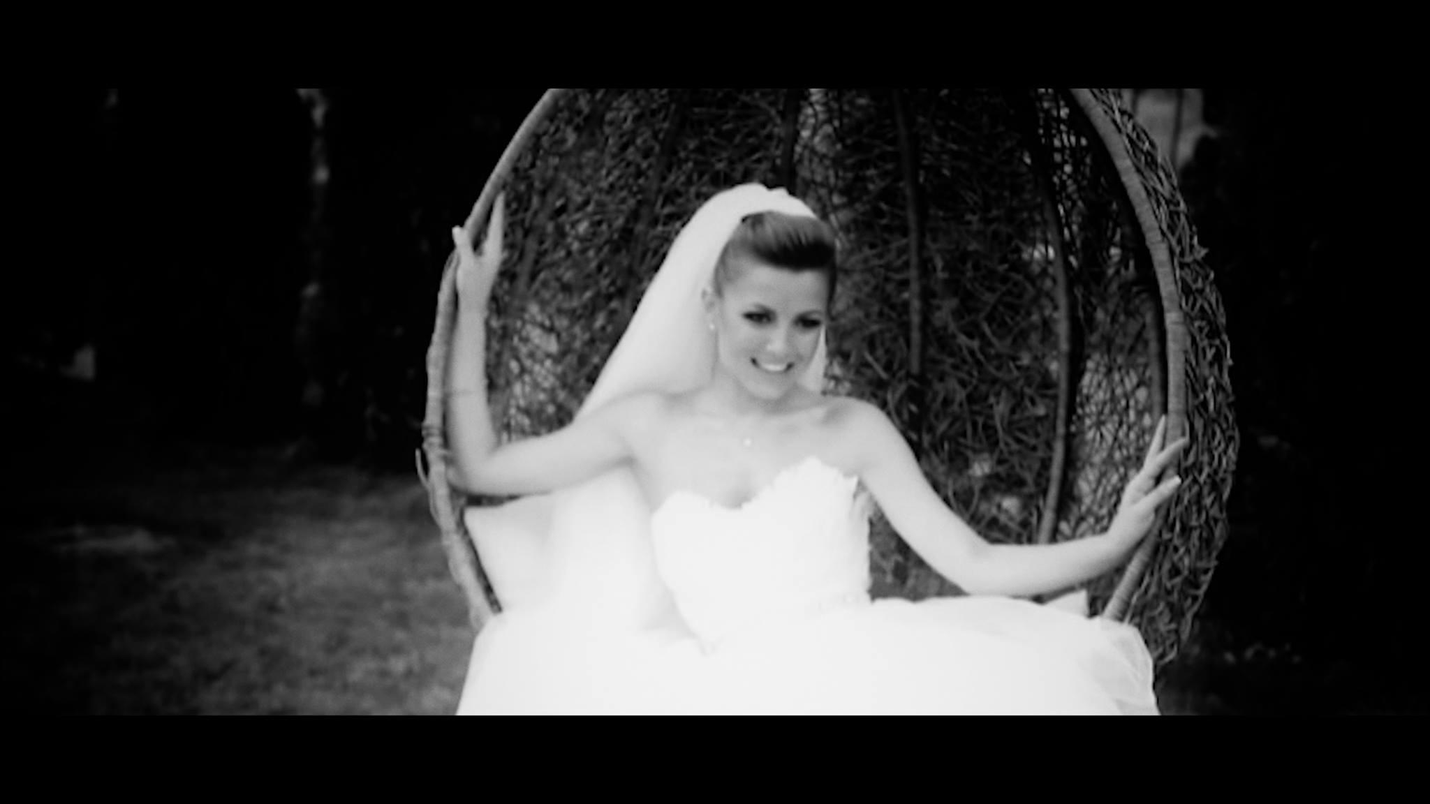 """Elena Gheorghe lanseaza varianta live a piesei """"Pana la stele"""" si un clip cu imagini inedite de la nunta artistei, de acum 3 ani."""