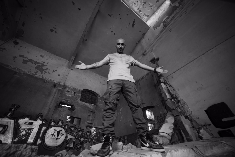 """Dupa ce saptamana trecuta a """"aruncat"""" pe piata single-ul """"Bombele"""" intr-o varianta necenzurata,  Cabron lanseaza albumul Lupu'DPM"""