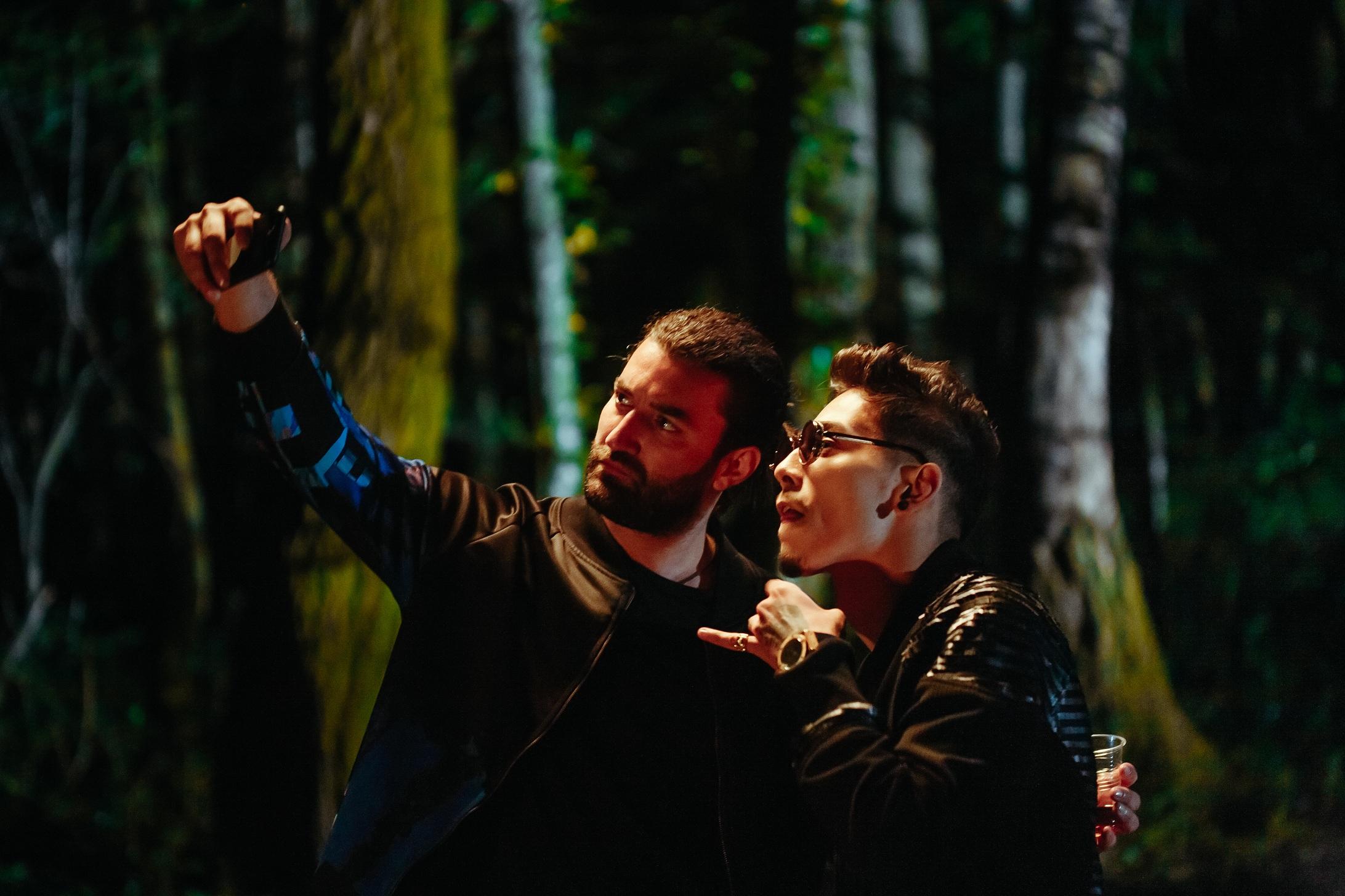 """Smiley lanseaza """"RARA"""" impreuna cu Juno – o nebunie muzicala cu lumini si umbre, filmata cu ajutorul unei tehnologii unice in Romania"""