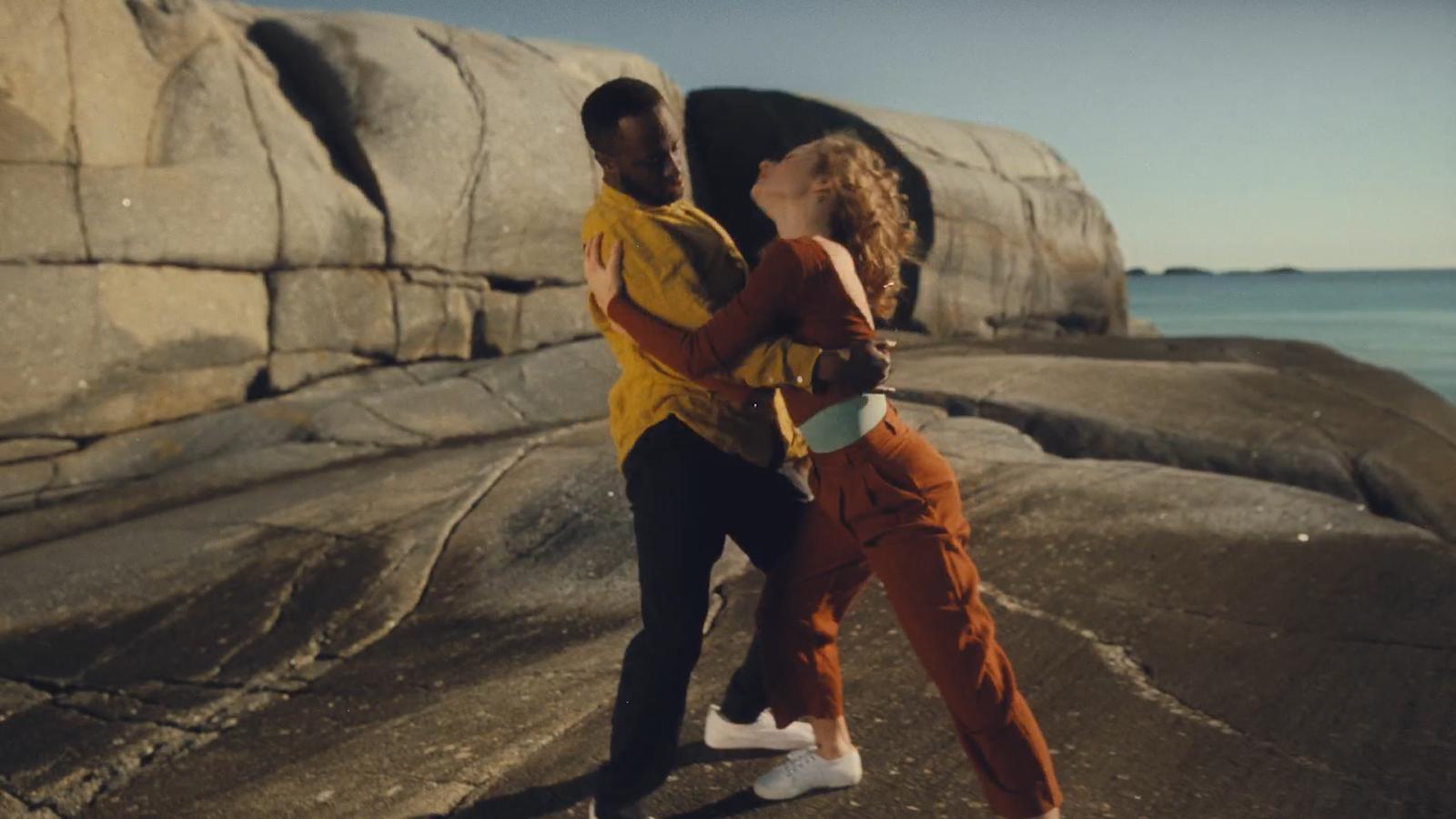 """S-a lansat videoclipul piesei """"Tough Love"""" de la Avicii"""