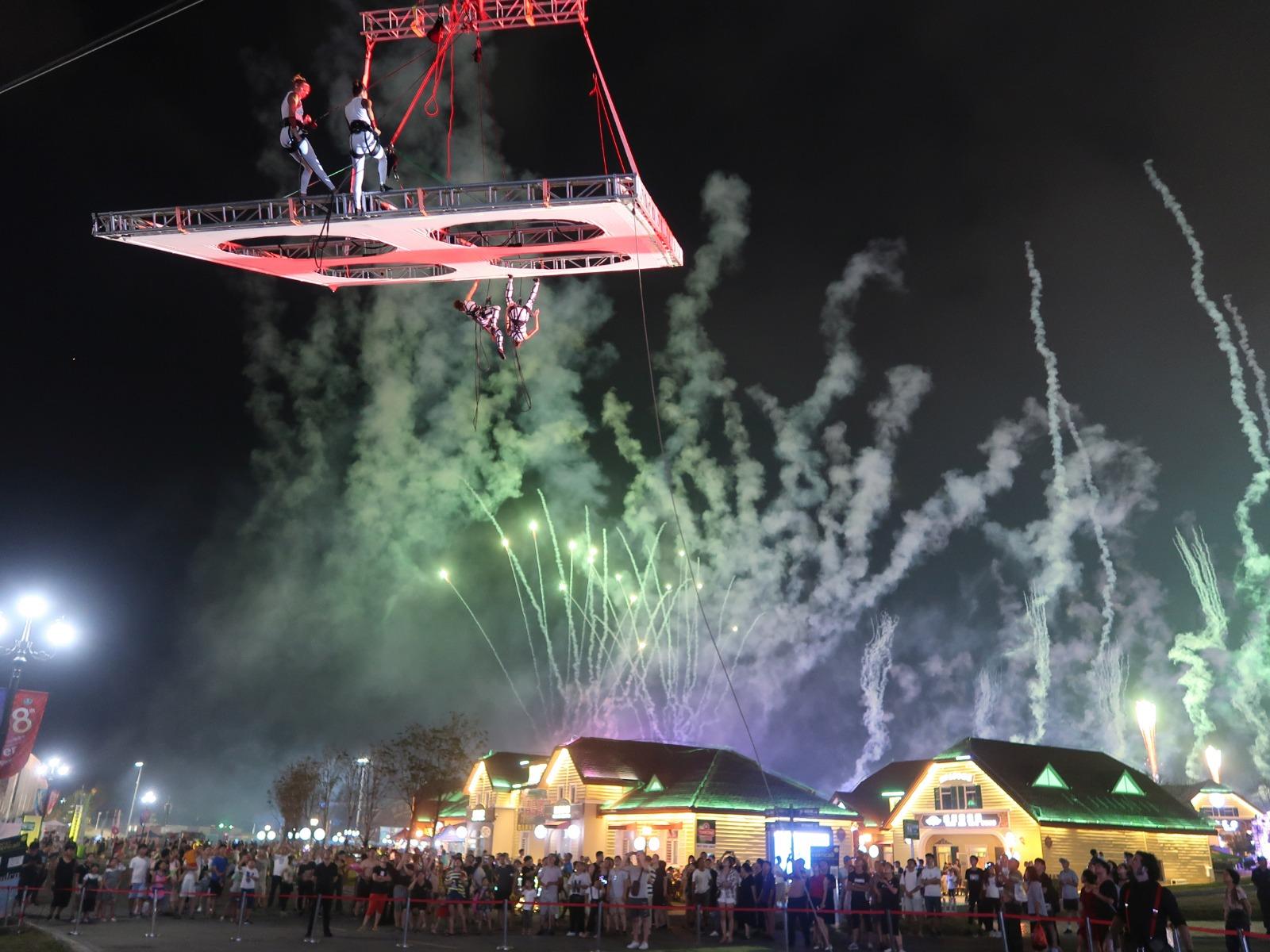 TNTm / FEST Outdoor aduce zburatori si iluzii optice pe platoul din fata Teatrului National din Timisoara