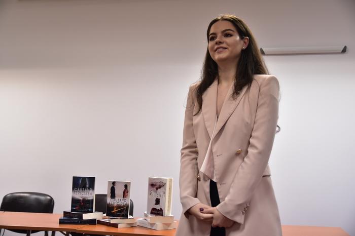 "Temerara adolescenta-scriitoare Teresa Wojcik si-a lansat volumul 3 din ""Cautand fericirea"""