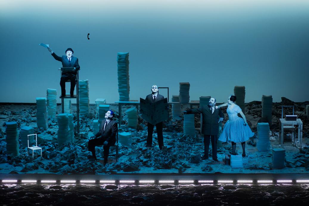 RINOCERII de Eugène Ionesco, un spectacol emblematic semnat de Robert Willson, va putea fi vizionat pentru prima dată online, în TEATROTECA TNC